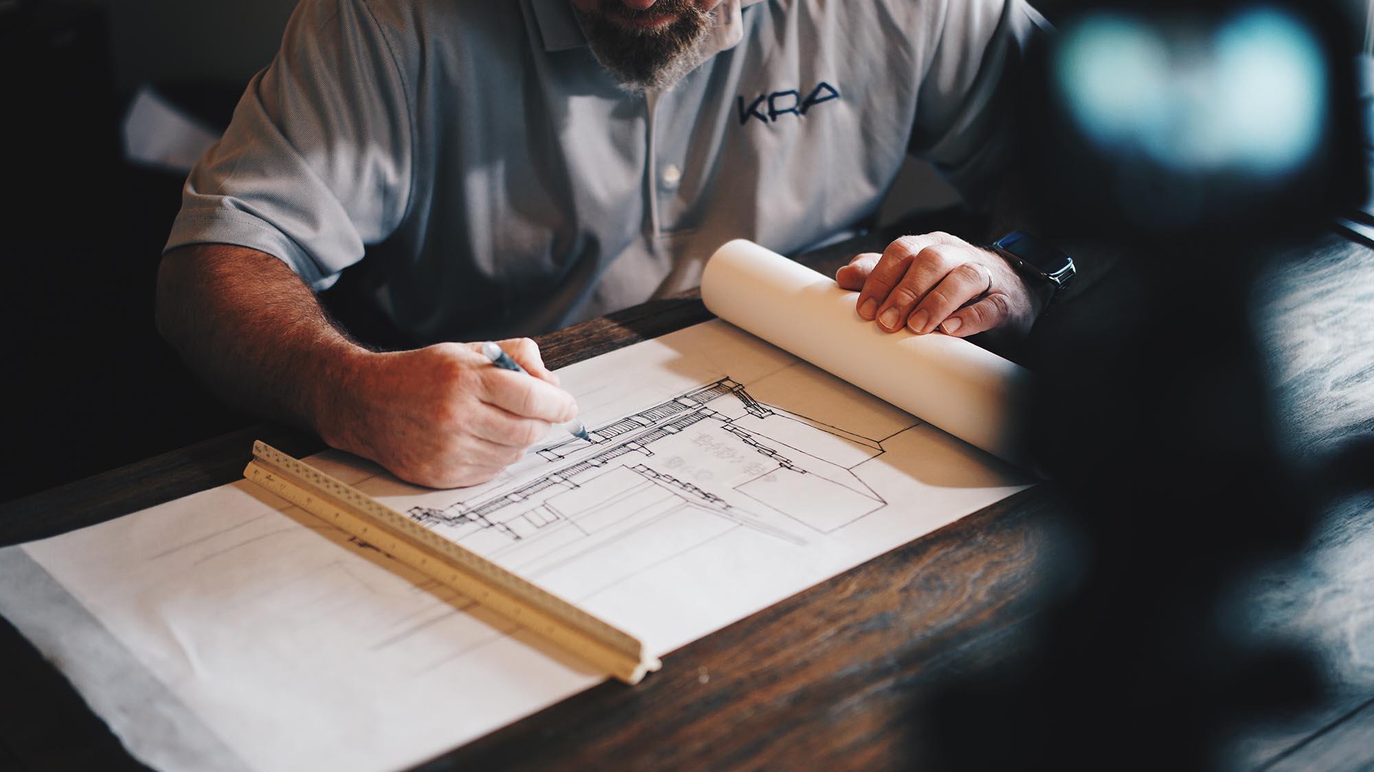 engenheiro desenhando projeto