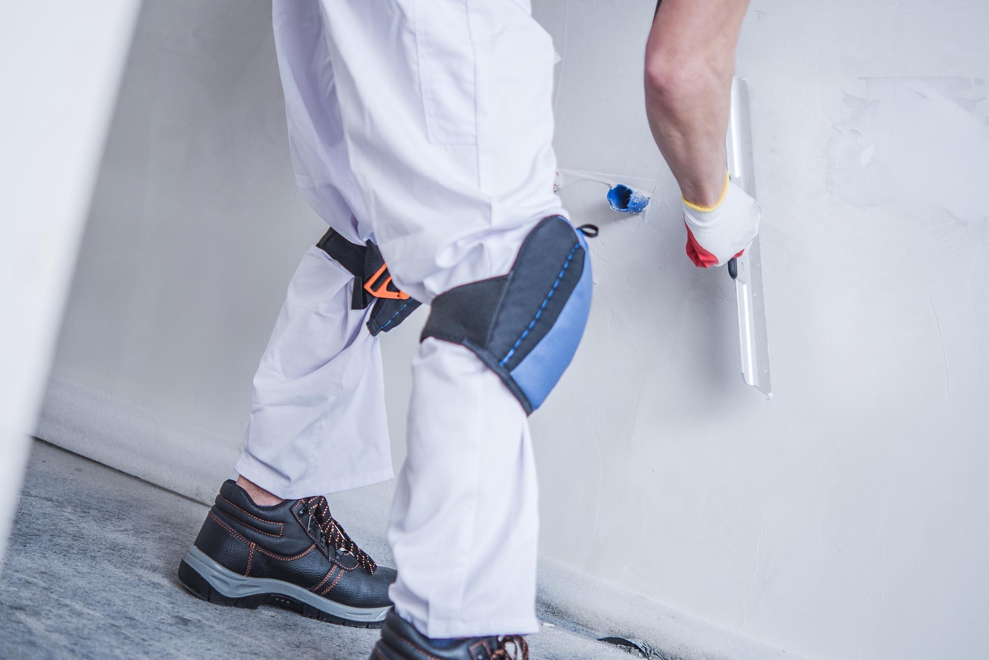 homem trabalhando com drywall