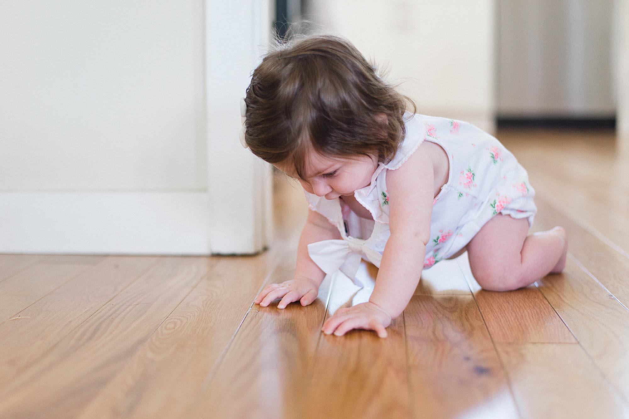 menina em cima do piso vinílico