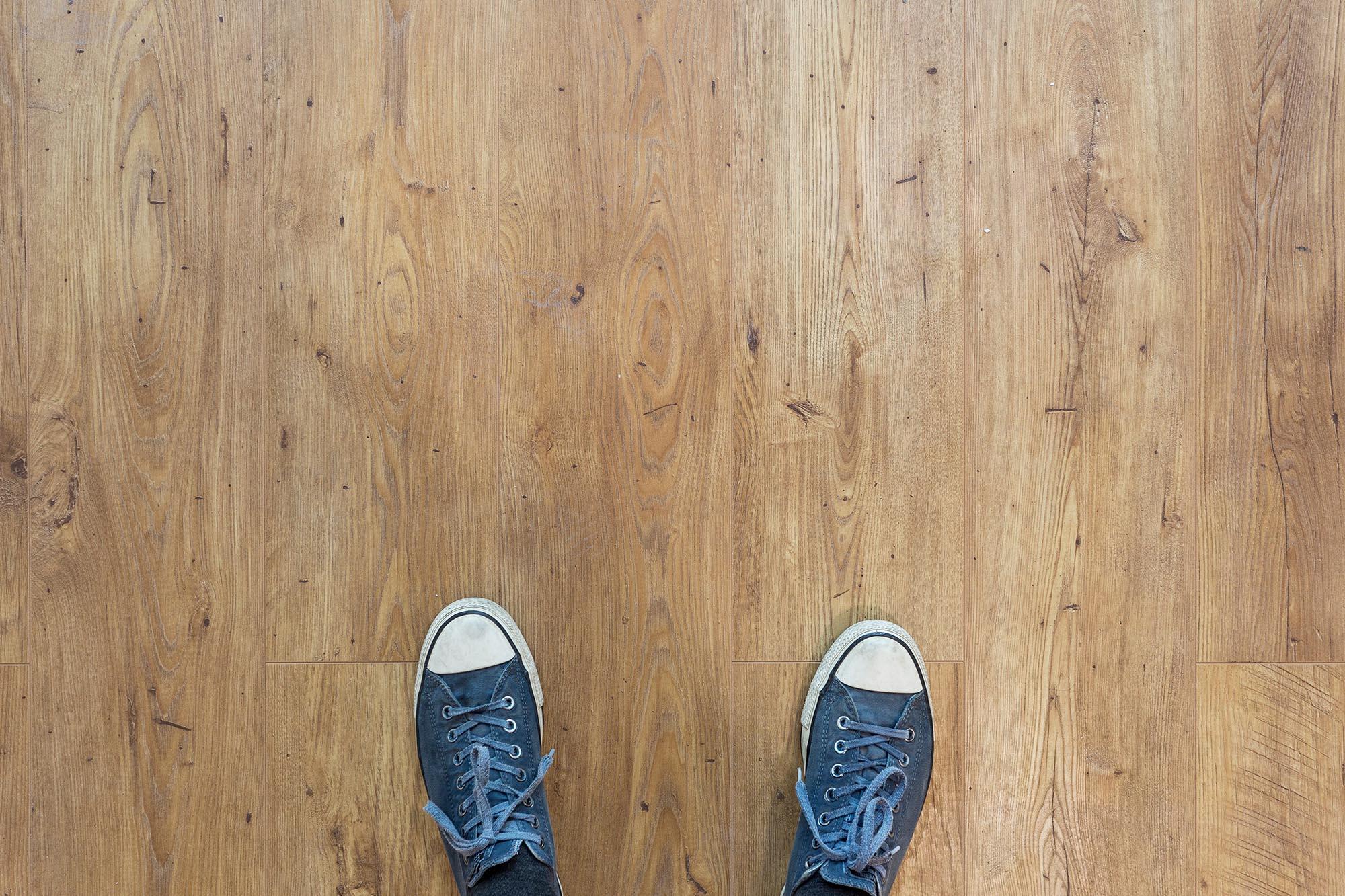 pés sobre piso vinílico