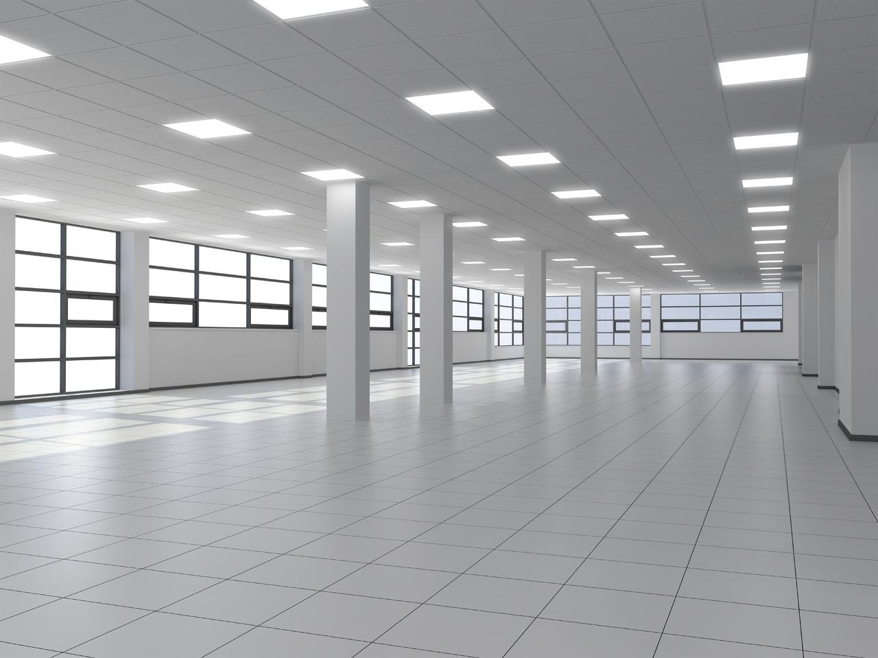 painéis de LED em uma sala branca e vazia com colunas
